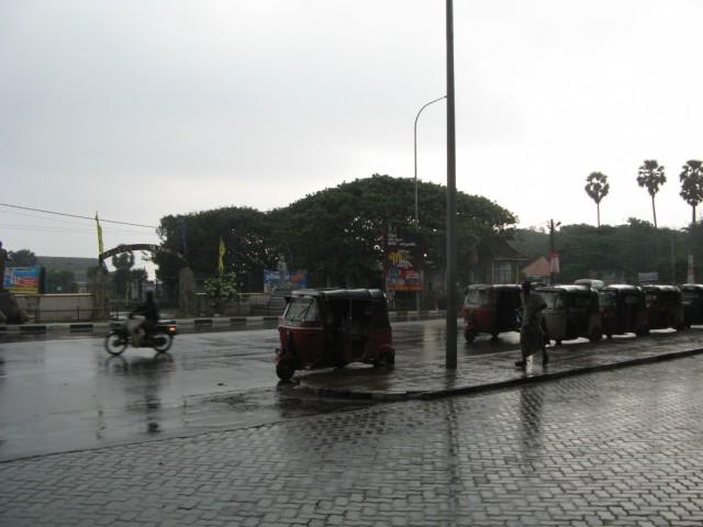 Центральная площадь. Сзади автовокзал, слева-направо шоссе, справа железнодорожный вокзал, прямо - форт, слева - крикетное поле и бухта...