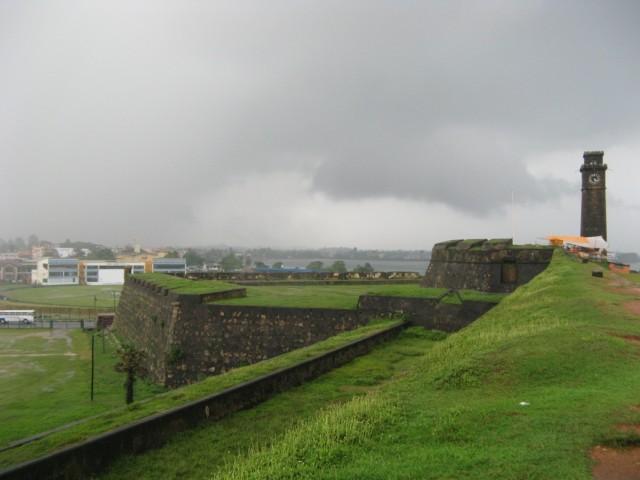 Вид со стен форта в сторону крикетного стадиона и бухты