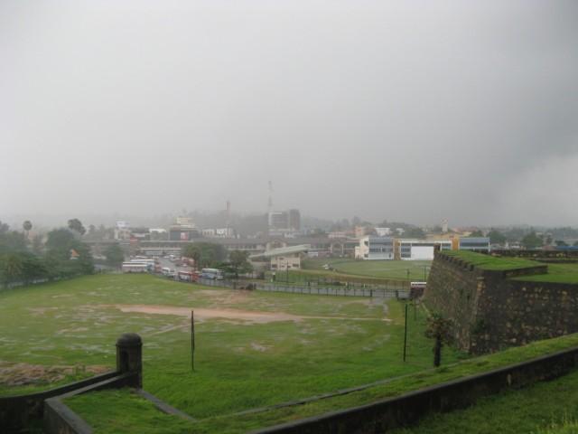 Вид со стен форта в сторону крикетного стадиона. Блин, дождь идёт!