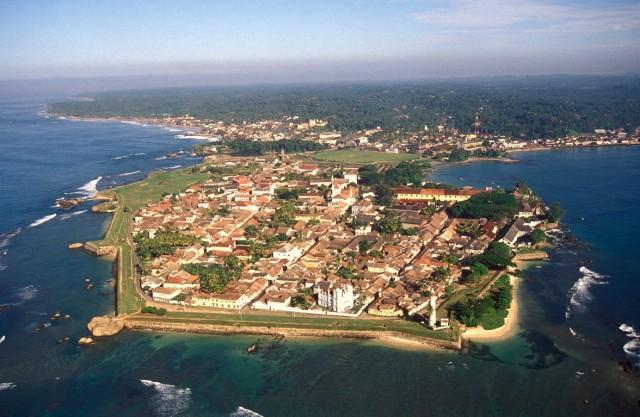 Фотка из инета. Гол (Галле) с воздуха. Слева - Флаговая Скала, справа - Маяк и Городской Пляж