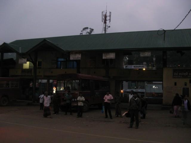 Автовокзал в Веллимаде. Ещё темнее