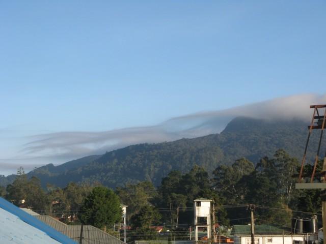 Нувара Элия. Остатки ночного тумана зацепились за вершину горы