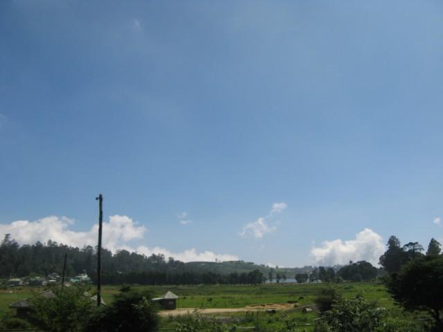 Поле за крикетным стадионом и Озеро за ним