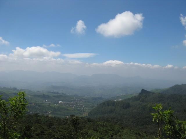 А за холмом, если пролезть через кусты - ещё один офигенный вид в сторону Нану Ойи...
