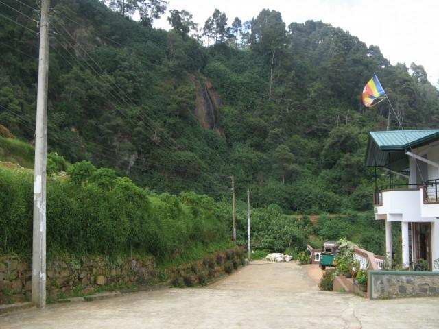 Пересохший из-за несезона Водопад и гостиница Мачана-Водителя