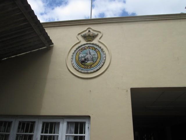 Старый герб Цейлона над входом на станцию Нану Ойя