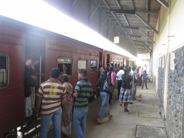 Обычные вагоны в начале поезда