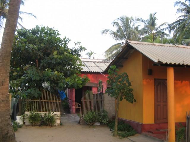 Справа - маленький отдельный домик с удобствами внутри, прямо - вход на терраску, откуда два отдельных входа - в дом и в гостевую большую комнату