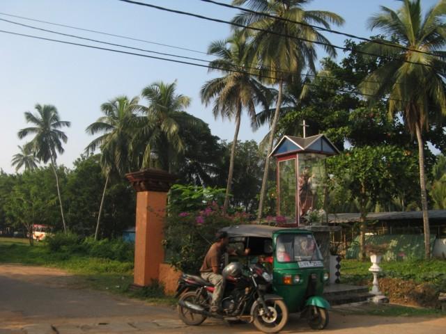 Транспорт и христианский монумент