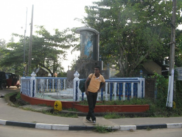 Мачан и христианский монумент