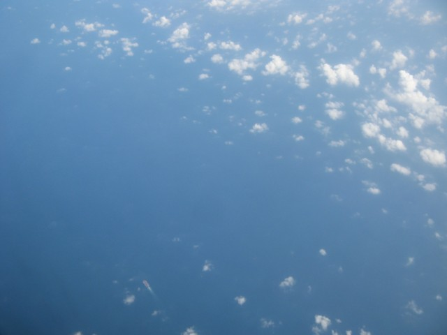 """Океанское судно где-то в районе Лаккадивских Островов (Лакшадвипа). Реальный вид с самолёта без """"зума"""""""