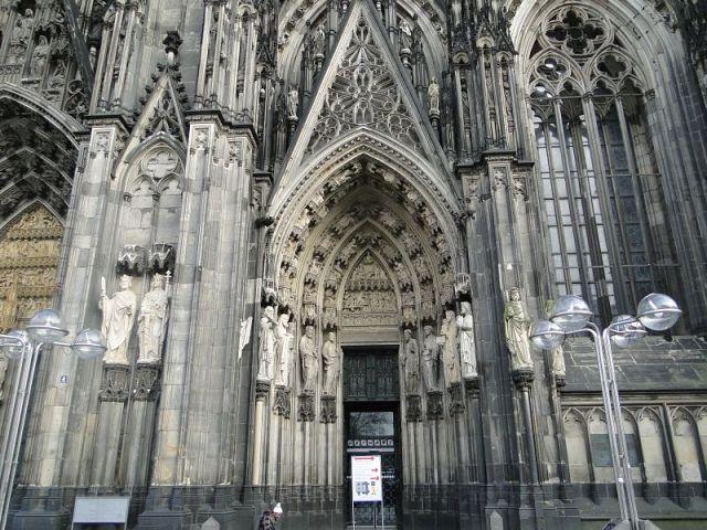 правый портал главного фасада, вход в собор в янв. 2012