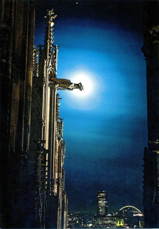 мистический вид ночной горгульи - словно кадр из фильма ужасов