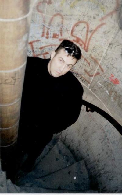 на винтовой лестнице в правой башне 2003 г. (есть надписи и на русс языке)