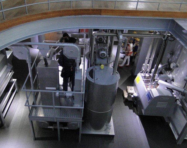 вид со второго этажа на работающую производственную линию