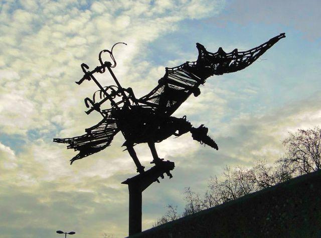 футуристическая ворона на набережной