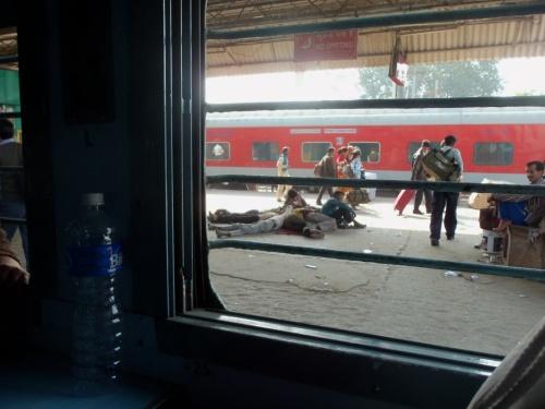 Вид из окна на платформу.