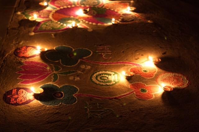 На улицах. В этот день джайны отмечали еще и Новый год. В джайнистском храме.
