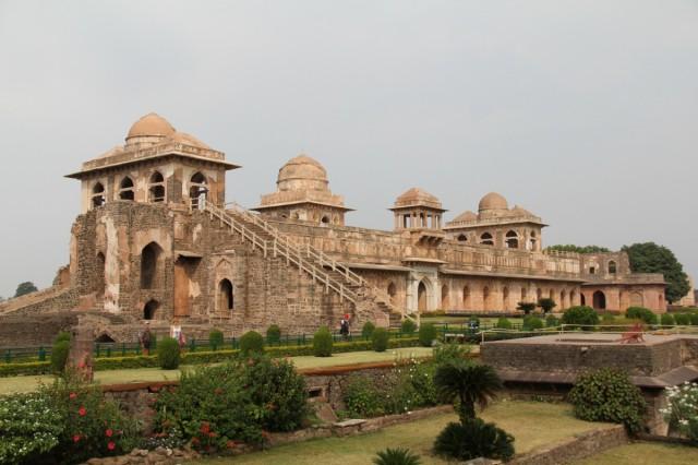 дворец джахаз махал - дворец- корабль, потому что расположен между 2 озерами