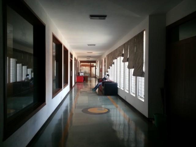 коридор, в котором мы частенько занимались, когда нам перестали давать аудиторию