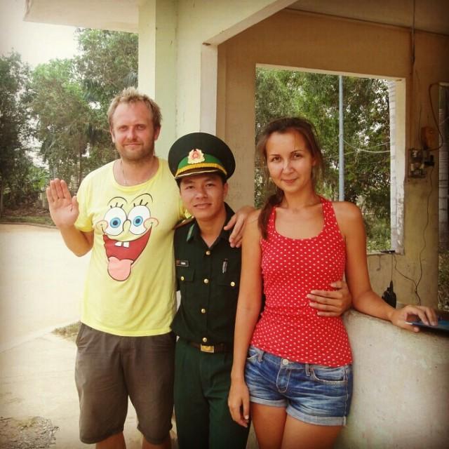 И все таки вьетнамцы показались нам милыми людьми, счастливые, но измученные прощаемся с вьетнамским пограничником.