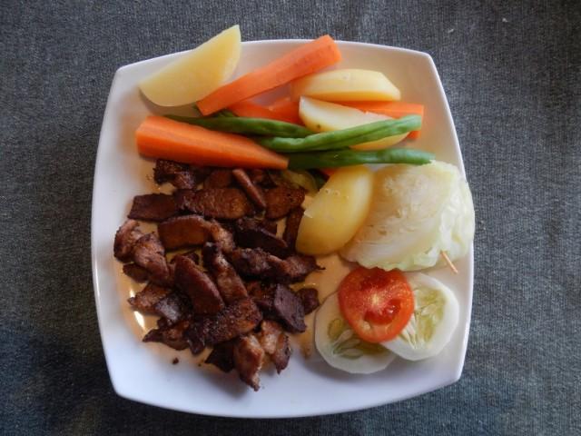 так подают мясо с овощами в Hikkaduwa