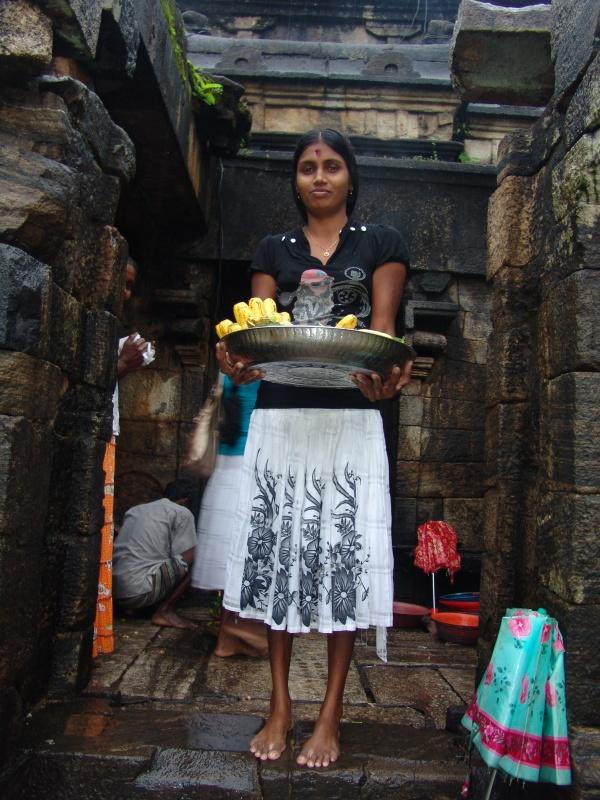подношения богам в храме Shiva Devale № 2. Polonnaruwa
