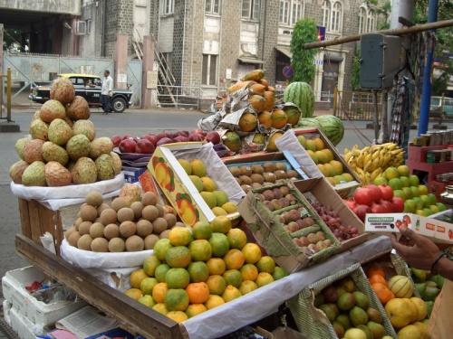 Продажа фруктов на Colaba Causeway. Mumbai