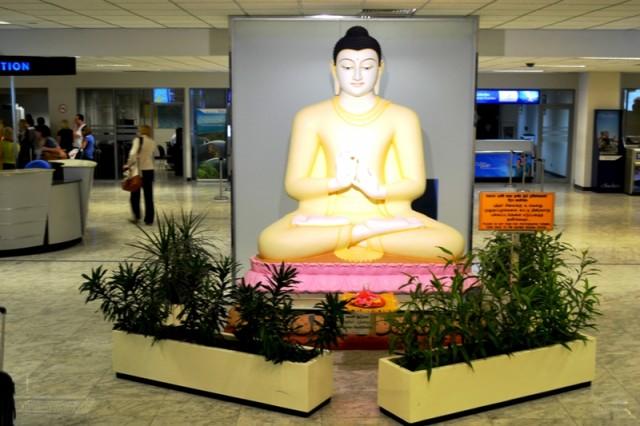Приветствующий в аэропорту Будда