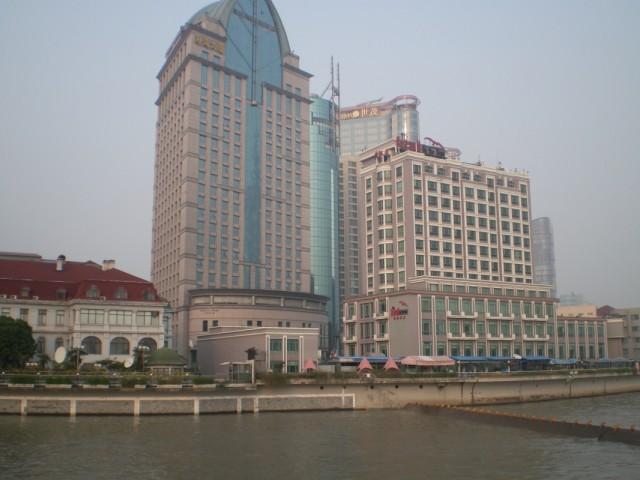 """Отель """"Sea gull"""", слева посольство РФ с красной крышей."""