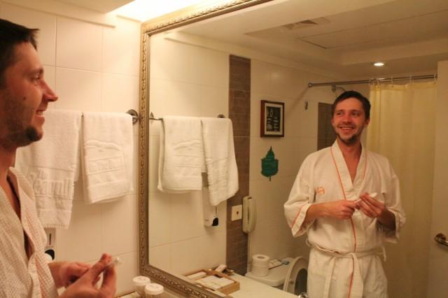 Я в ванной отеля. Рядом с унитазом - телефон, на случай непредвиденных обстоятельств.