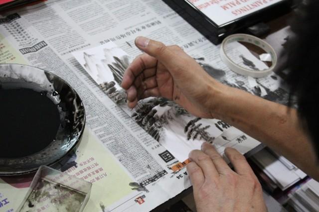 """Товарищ на рынке в метро """"Технический музей"""" рисует картины ладонью"""