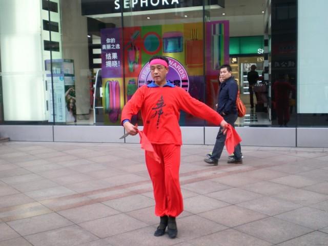 Для четного количества, танцующий китаец на главной пешеходной улице. Цель, кажется, реклама балетной школы.