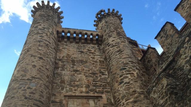 замок тамплиеров, где непонятно что тамплиеры построили, а что - когда обилечивать начали