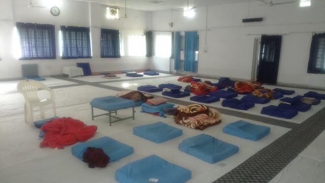 Дхамма холл, видны одеяла, в которые кутались все студенты