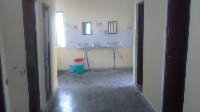 Туалеты слева, душевые справа