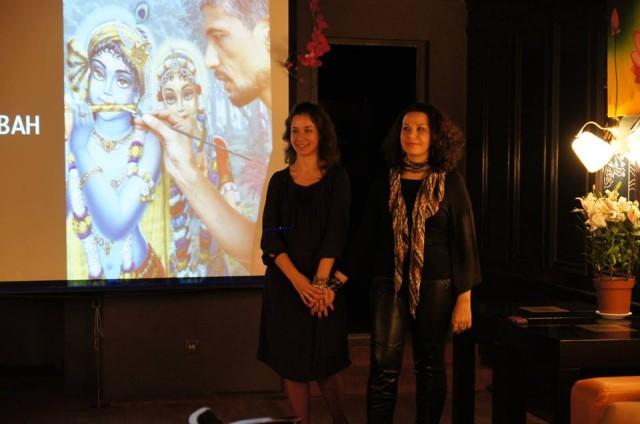 Юлия открывает выставку и идет рассказ и слайд шоу о творчестве художников