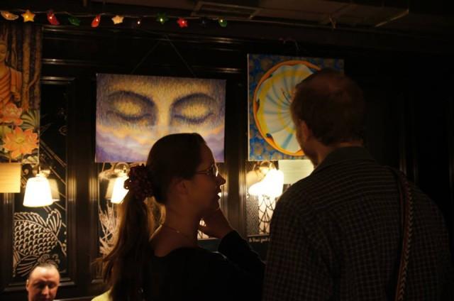 Зрители знакомятся с картинами