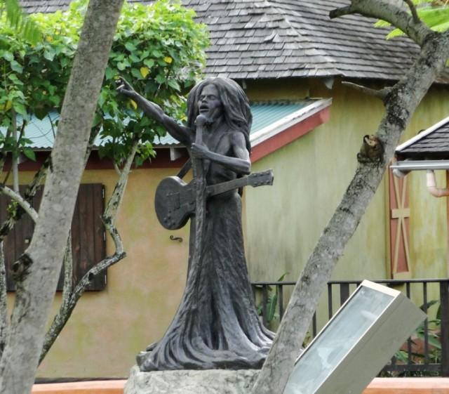 памятник Бобу Марли в парке