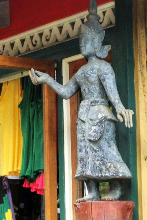 фигурка богини в индийском магазине ямайских сувениров