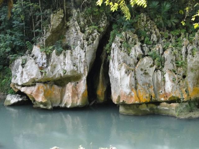 местная достопримечательность - кое-что напоминающая скала у реки
