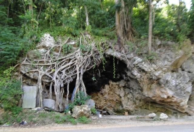 пещерка в скале, походная кухня местных торговцев и мастерская резчиков по камню