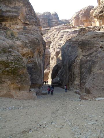 Вход в Петру , это длинное узкое ущелье ( едва разъезжаются две повозки )
