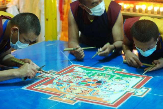 Карма монастырь, монахи создают песочную мандалу