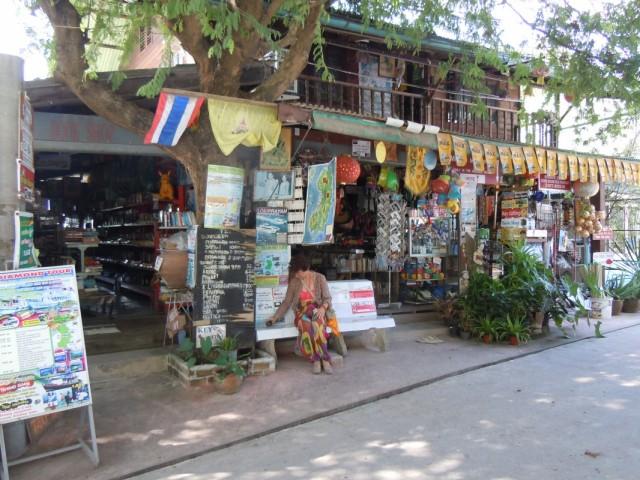 странный магазин , хозяин скупает у туристов все , ЧТО ИМ НЕ НУЖНО И ТОРГУЕТ ЭТИМ !? ...........ХОЗЯИН ТОЖЕ СТРАННЫЙ ........