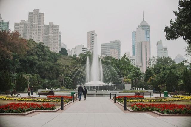 Еще один красивый городской парк с фонтаном