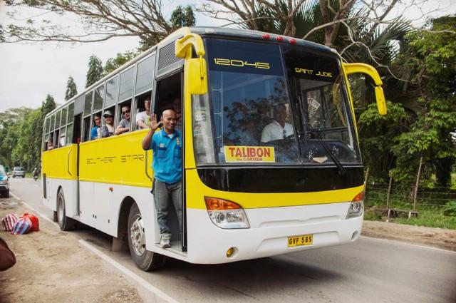 Вот на таком автобусе мы доехали до холмов