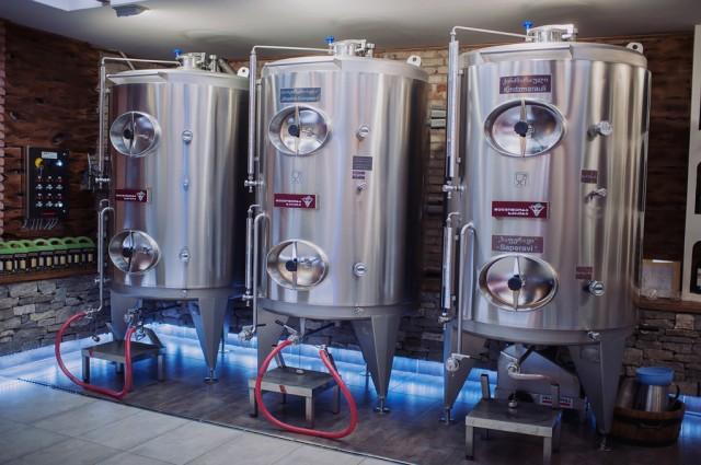 Винные бочки, с которых для дигустации набирают вино
