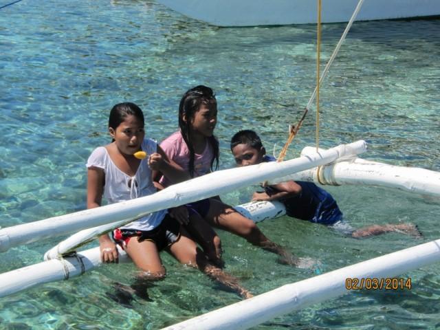 филиппинские детишки- знатные пловцы, причем ныряют с мороженным во рту.