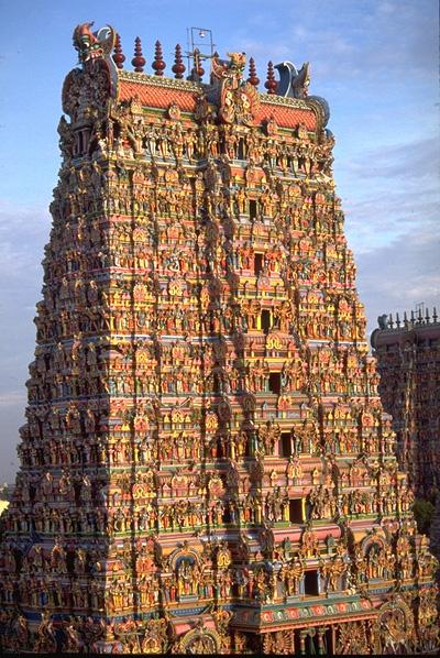 Одна из гопур храма Минакши в Мадурае (Тамил Наду, Индия)